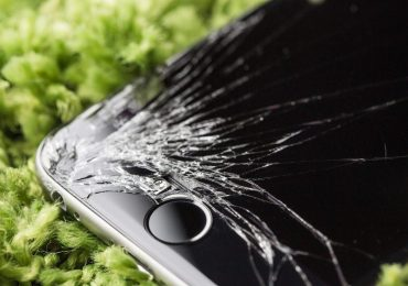 dropped-iphone-6-with-cracked-screen-close-up-2210×1473